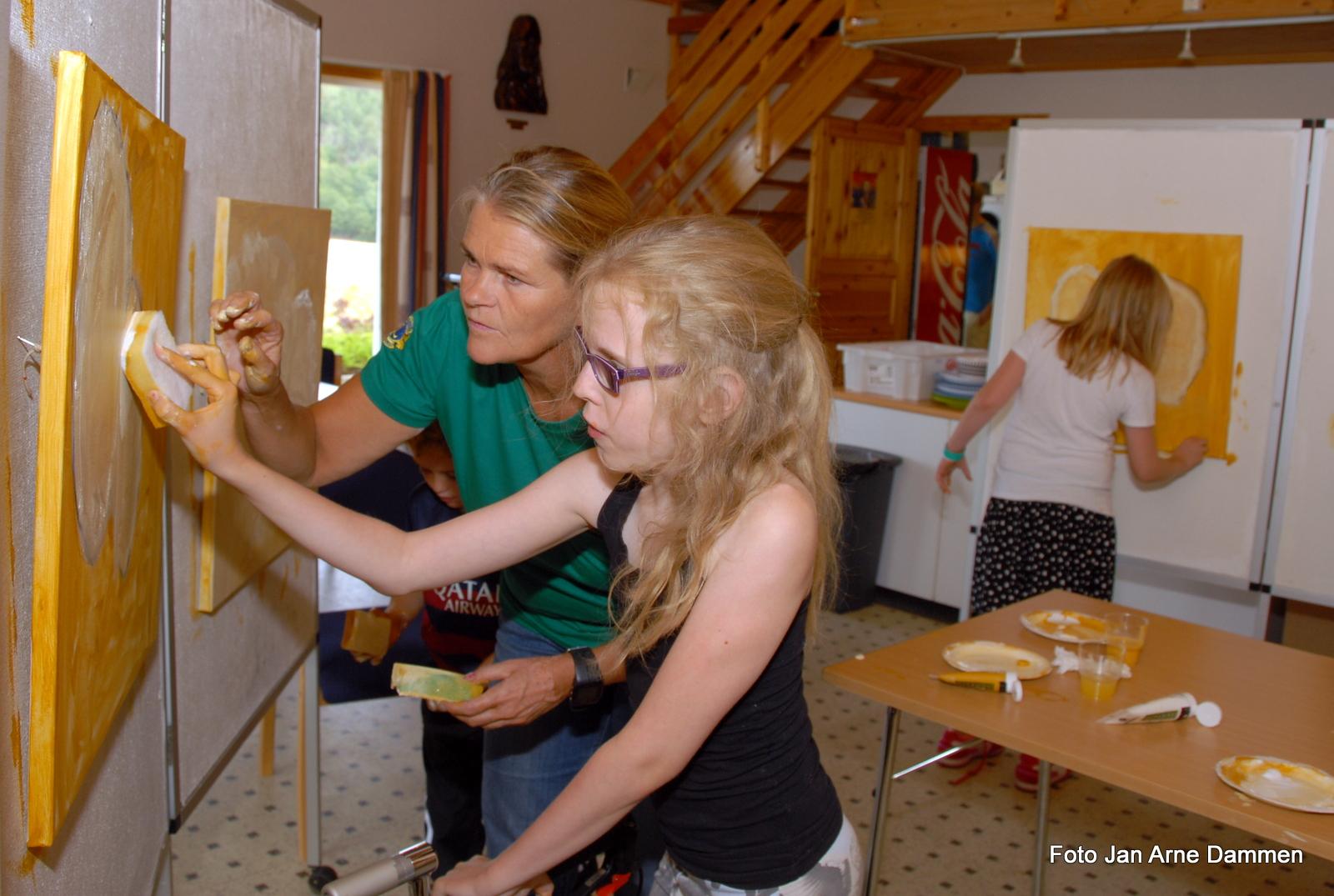 Kunstmaler Helle Wårås og Sarah Tegler. Foto Jan Arne Dammen