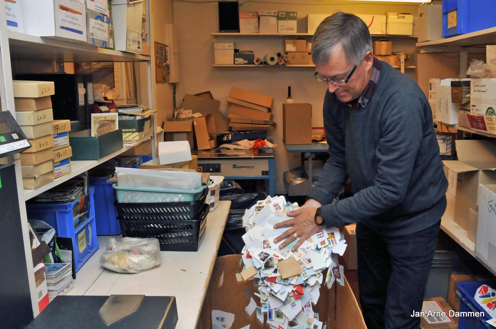 Vi er nå midt inne i den viktige frimerkesesongen, og vårt store håp er at frimerkene fortsatt skal strømme inn til oss her på Nesbyen, sier Kåre Myro. Foto Jan Arne Dammen