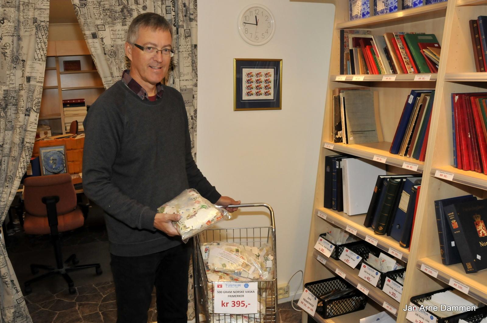 I butikken på Nesbyen og i vår nettbutikk vil man finne spennende frimerkesamlinger som vi har fått, enten fra dødsbo eller fra frimerkesamlere som har avsluttet samlingen, forteller Kåre Myro. Foto Jan Arne Dammen
