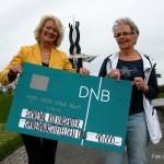 Diane S. Hanisch og Ingebjørg Guslund med gavesjekken Foto Jan Arne Dammen